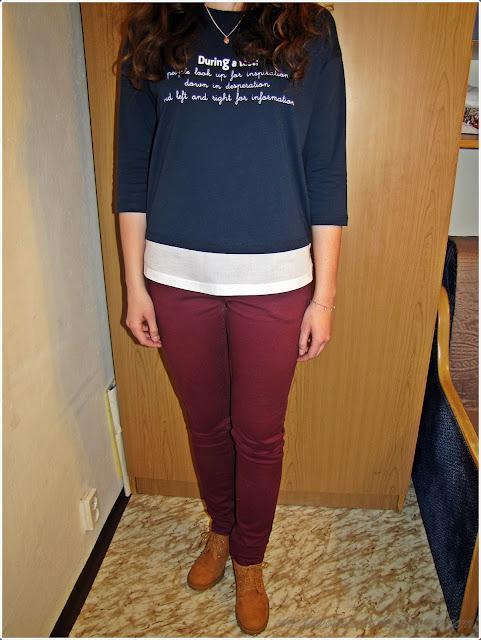 Bluzka z łączonych materiałów, bordowe jeansy, botki na obcasie, biżuteria