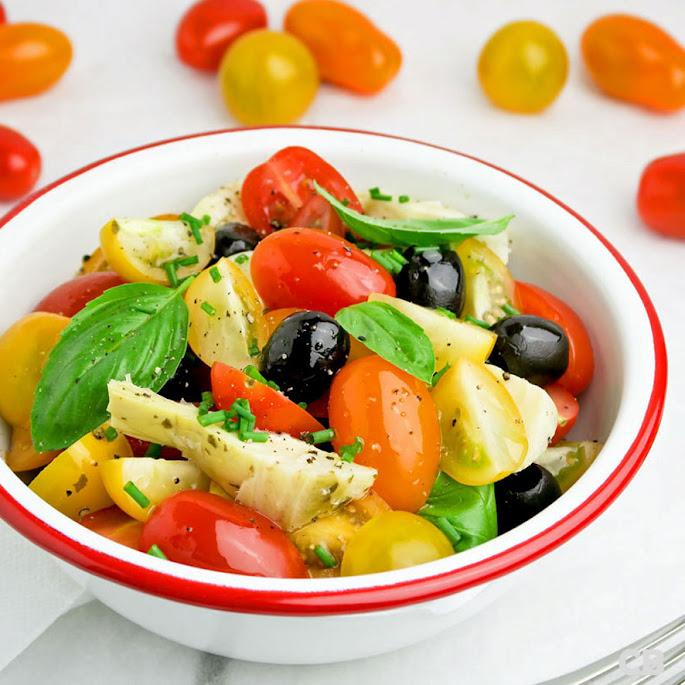 Mediterrane salade van cherrytomaatjes, artisjokkenharten, olijven en basilicum