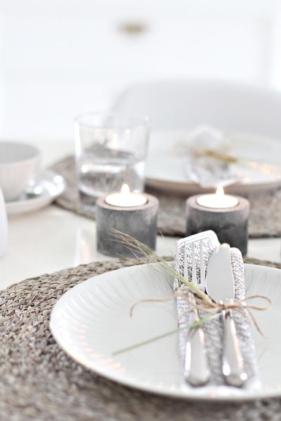 šedé dekorace na stůl