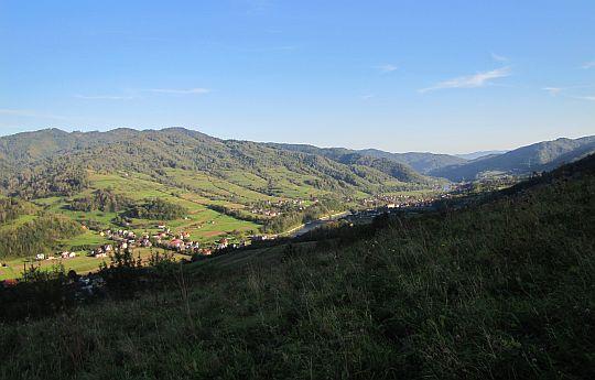 Tylmanowa leżąca w dolinie Dunajca między Beskidem Sądeckim (po lewej) i Gorcami (po prawej).