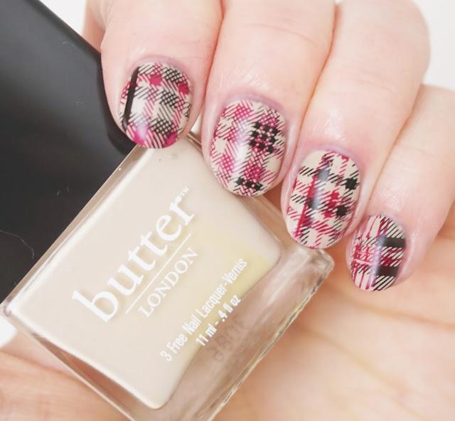 Nägel im Burberry-Style, Nails, Nail Art, Design, Karo-Muster, kariert, beige, rot, schwarz, Karomuster