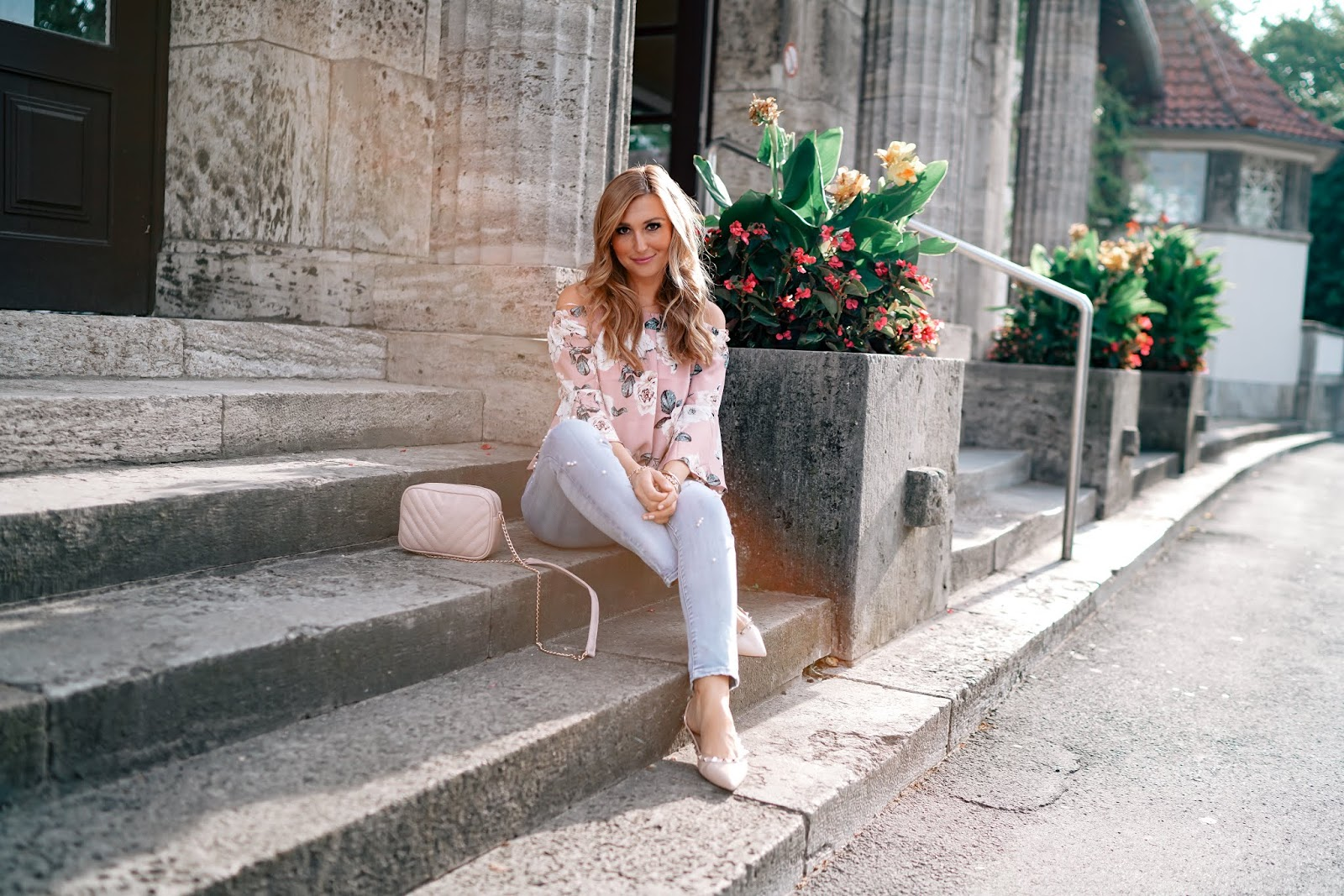 cold-shoulder-top-puderrosa-Offshoulder-jeans-mit-perlen-perlen Jeanshose-bloggerstyle-herbst-Outfit-jeanshose-helle-jeans-hose-Fashionblogger-fashionstylebyjohanna