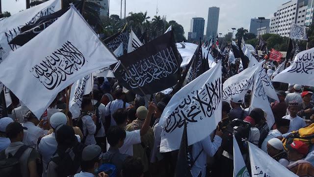 Suasana Aksi Bela Islam 299 Depan Gedung DPR RI