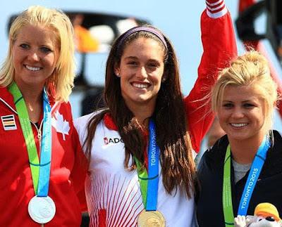 Foto de Natalia Cuglievan con su medalla de oro