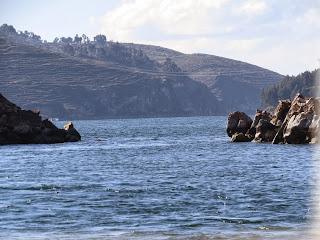 Estreita passagem entre as pedras no caminho da Ilha do Sol.