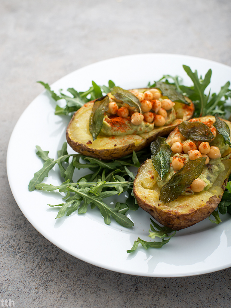 Pieczone ziemniaki z guacamole, ciecierzyca i smazona szalwia - przepis weganskie, bezglutenowe kuchnia roślinna blog kulinarny