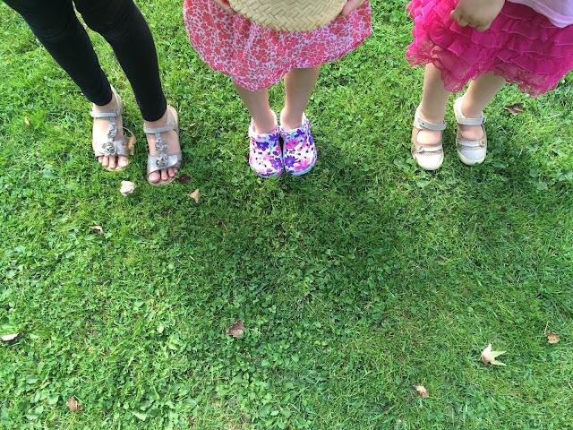trois paires de pieds d'enfant
