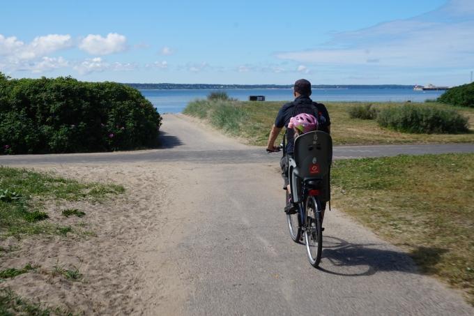 Tallinnaan rantalomalle omilla pyörillä - Stroomin ranta on hyvä lapsiperheelle. Pyöränistuin lapselle.