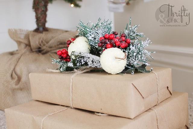 牛皮纸和黄麻包裹的礼物