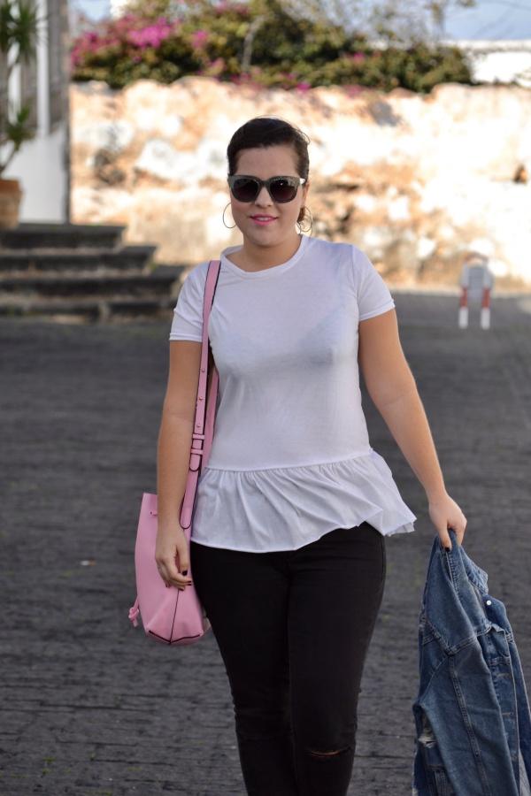 look_camiseta_volante_dresslily_bolso_rosa_chaqueta_vaquera_lolalolailo_01