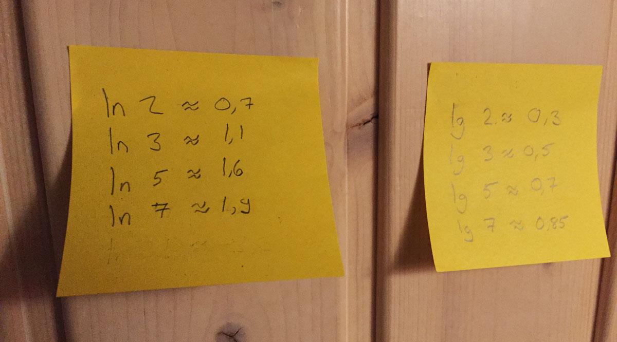 Kattoon liimattuja muistilappuja, joissa logaritmien arvoja.