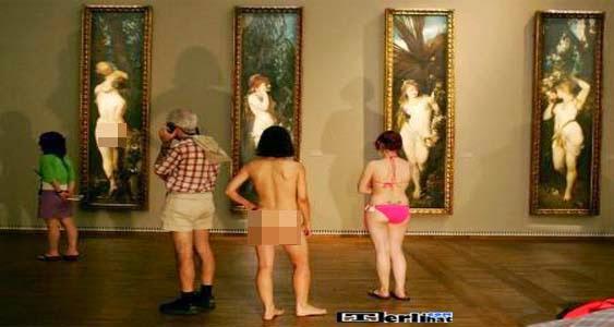 Orang Telanjang Di Museum Secara Bebas