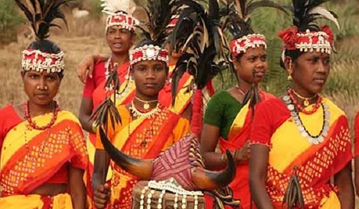 కొమ్మునృత్యం చేస్తున్న గిరిజన మహిళలు - Girijana Mahilalu