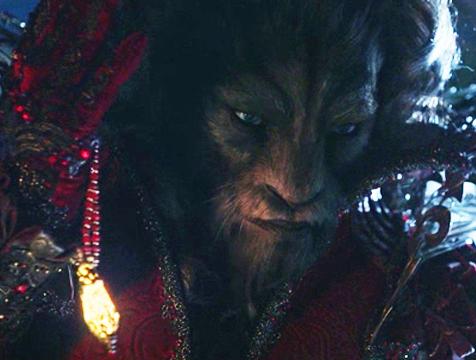 La Bestia (Vincent Cassel) ofreciéndole el collar con el agua mágica a Bella (Léa Seydoux), en La Bella y la Bestia (Léa Seydoux) - Cine de Escritor
