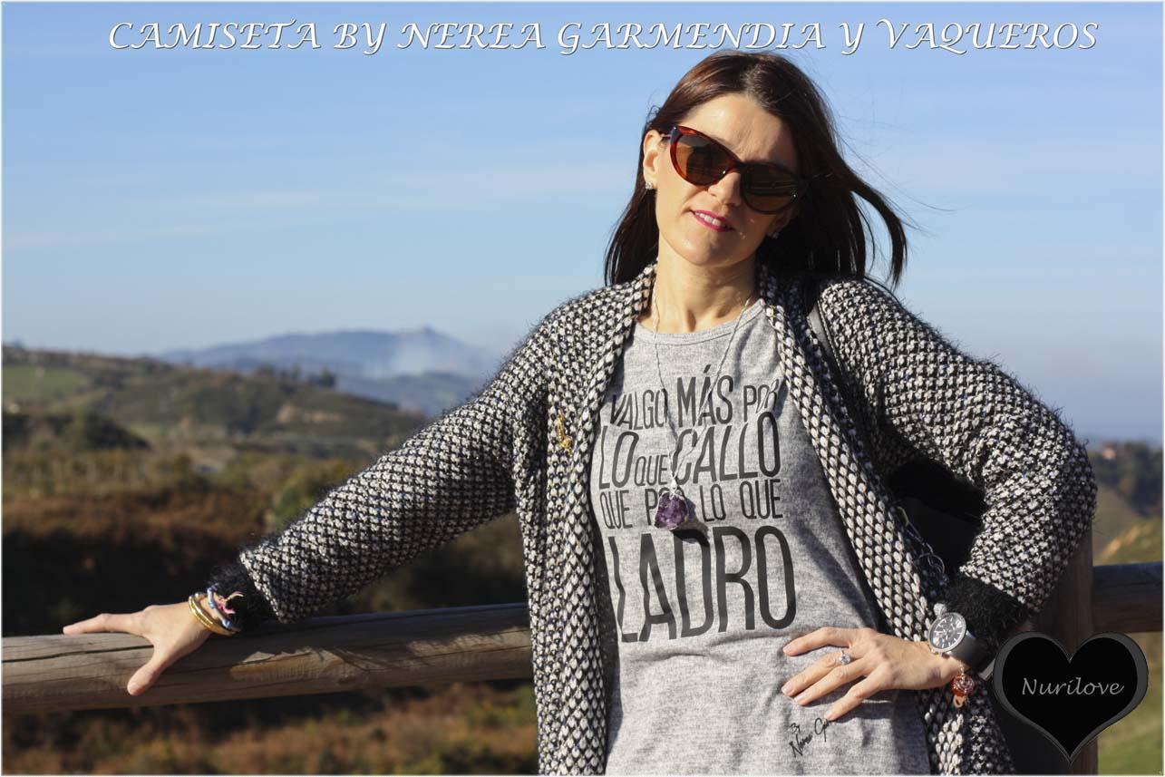Camiseta con texto combinada con vaqueros