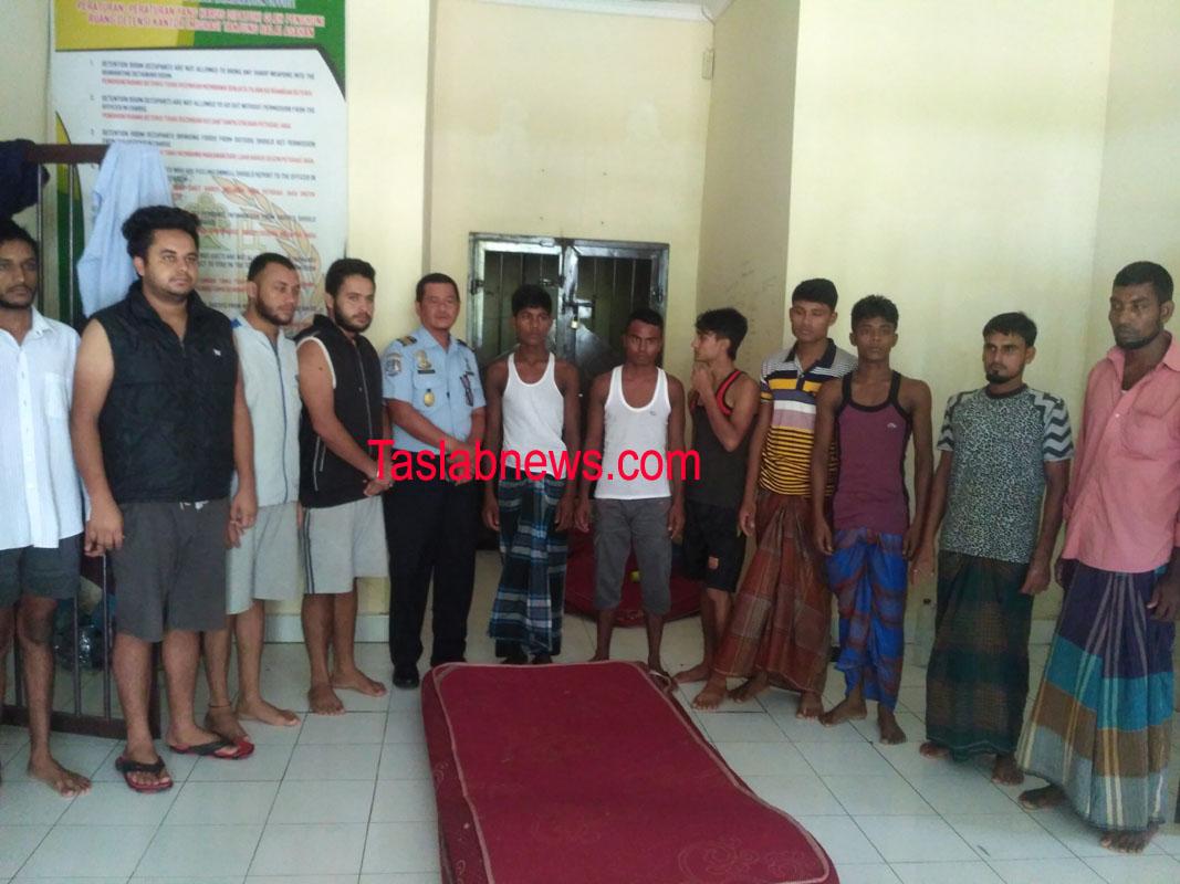 Warga Banglades dan India yang diamankan petugas imigrasi.
