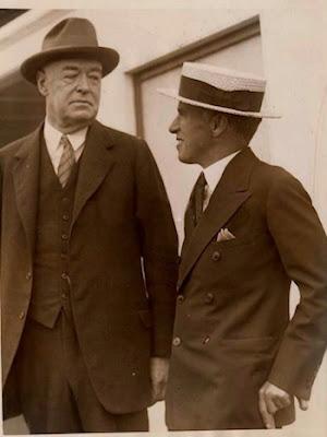 Чарльз Чаплин и его адвокат Гэвин Макнаб, август 1927 г.