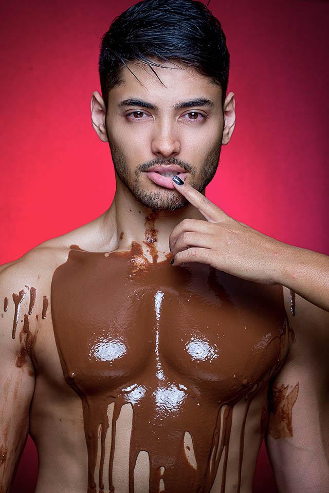 Willian Herculano, o Mister Brasil 2016, cobre o corpo com chocolate derretido em ensaio. Foto: Ronaldo Gutierrez