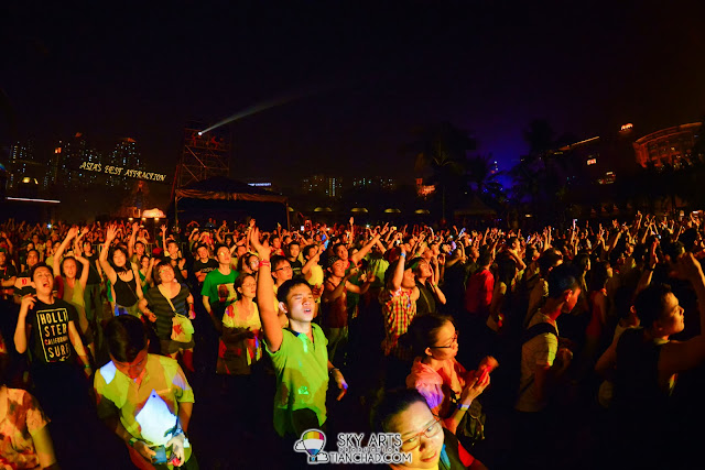 Crowds dancing along during the encore @ OneRepublic Native Live in Malaysia 2013