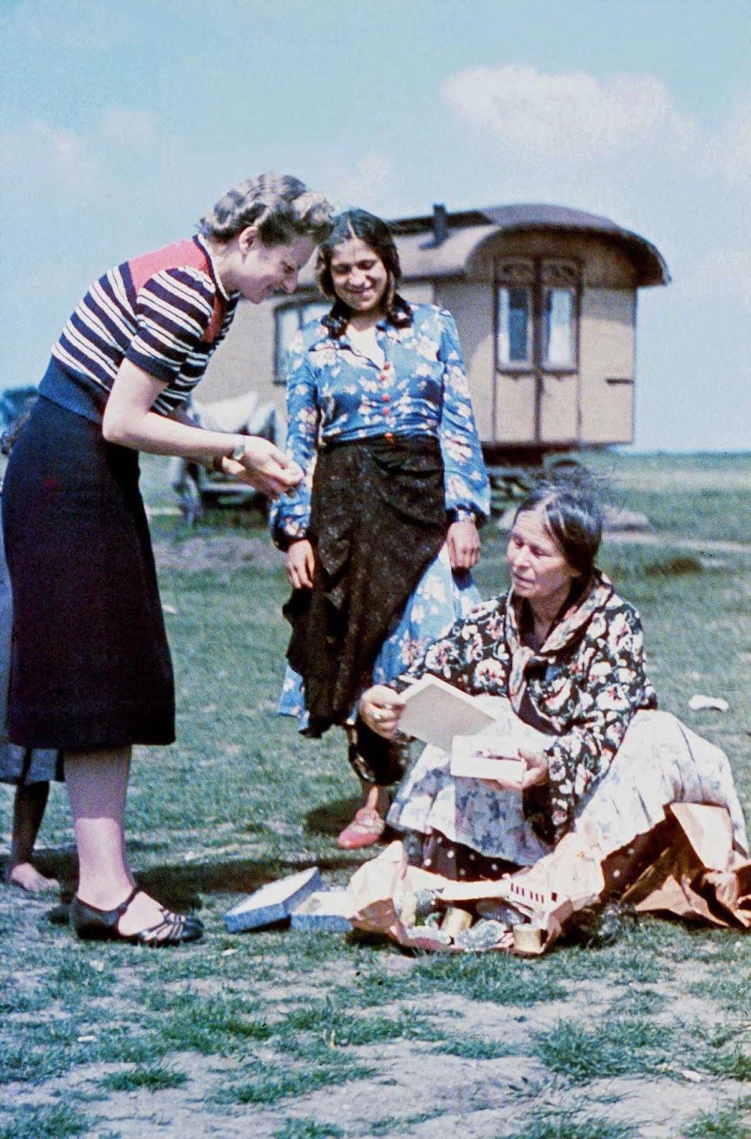 Sophie Ehrhardt, del Centro de Investigación de Higiene Racial, realiza una entrevista con una anciana gitana. 1938.