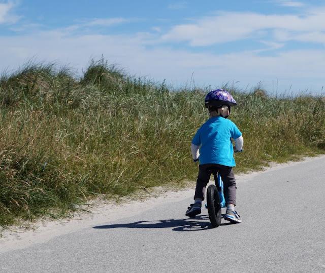 Mit dem Laufrad die Strandpromenade entlang! Die Kurpromenade am Strand von Stein kann man auch herrlich mit dem Laufrad hinunter flitzen! Unsere Kinder haben das sehr genossen. Auf Küstenkidsunterwegs berichte ich Euch von unserem schönen Ausflug an den Strand von Stein und unseren Erfahrungen mit dem neuen Laufrad von Ollo Bikes, das unser Küstenjunge mit Begeisterung fährt.