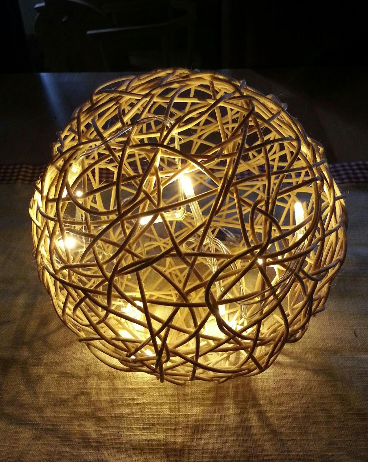bekikilicious diy peddigrohr kugel mit led lichterkette. Black Bedroom Furniture Sets. Home Design Ideas