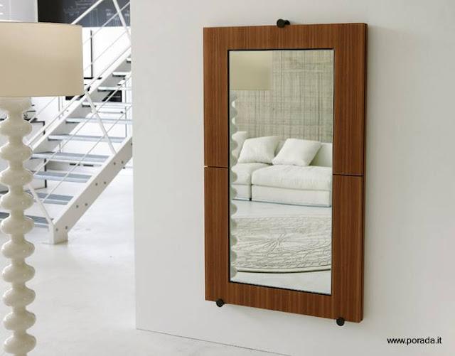 Espejo funcional colgado de una pared