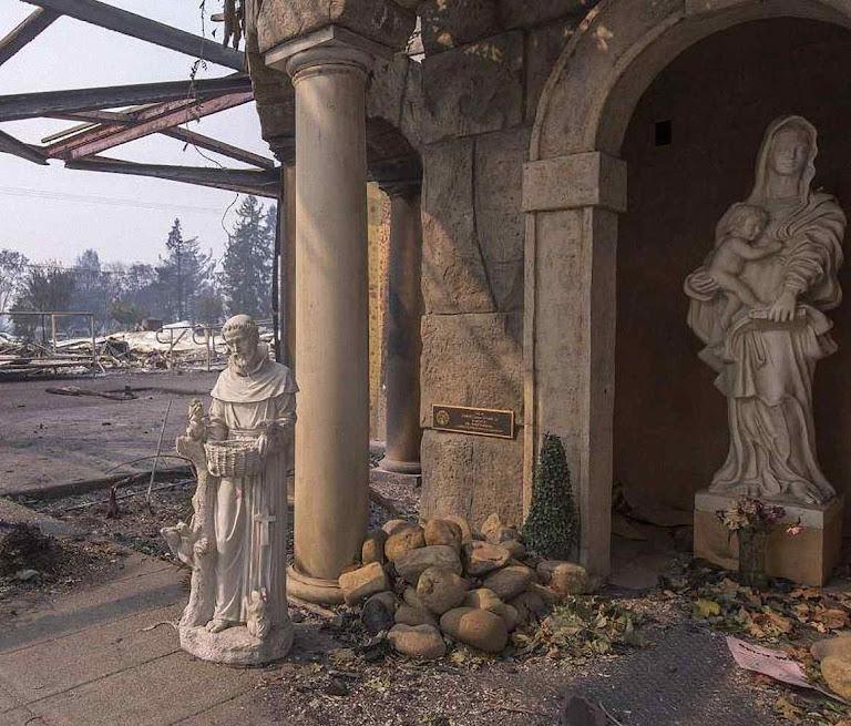 As imagens haviam sido vandalizadas pouco antes no Cardeal Newman mas as chamas não as atingiram