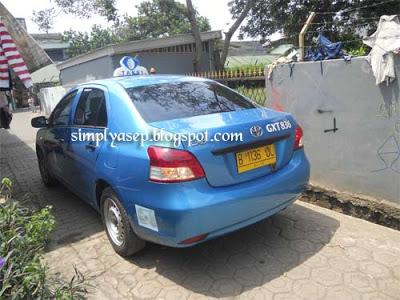 CEPAT : Begitu di order via Call Center Blue Bird nya, sang Taxi pun sudah nangkring di depan rumah.  Foto Asep Haryono