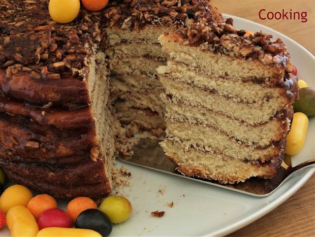 O bolo de folha ou bolo do tacho é um folar de Páscoa, típico de Olhão e Estói,  feito com várias camadas de massa intercaladas com açúcar, mel e canela.