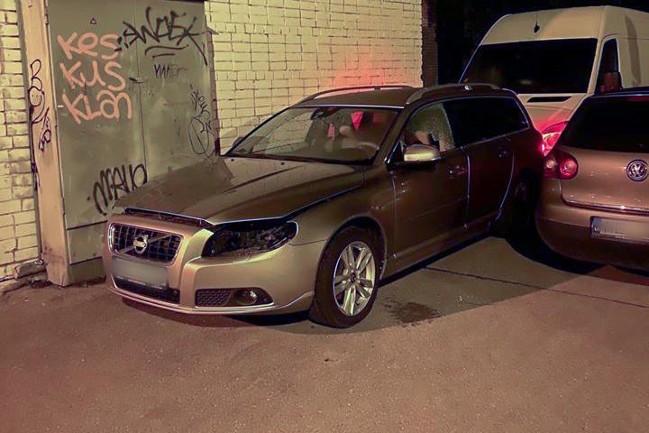 Vieglais auto cietis pēc lukturu zagļu uzbrukuma
