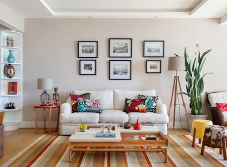Ambiente com tapete listrado em cores claras com vermelho e laranja