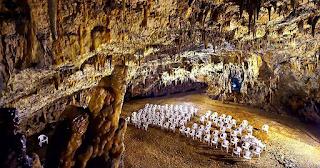 Tο πιο μυστηριώδες ελληνικό σπήλαιο όπου γίνονται συναυλίες 60 μέτρα κάτω από τη γη