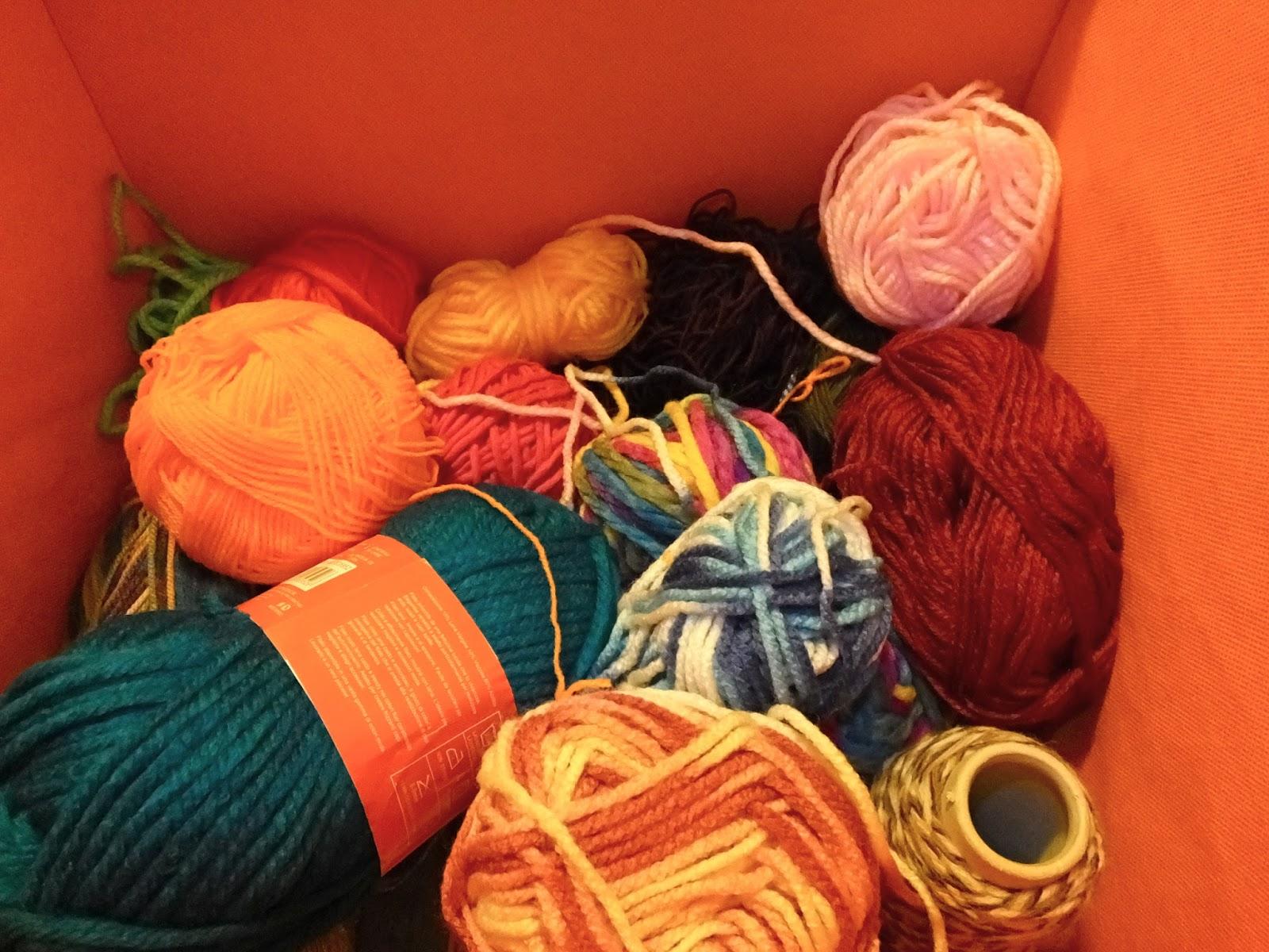 Albero di natale con gomitoli di lana