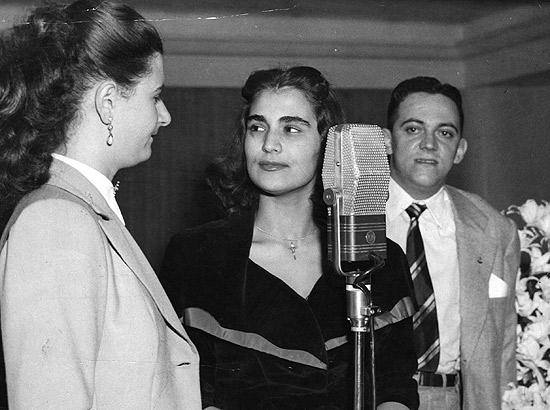 A cantora e apresentadora Hebe Camargo (ao centro), durante transmissão de um programa da Rádio Tupi, nos anos 1940: estrela promissora que virou rainha da Televisão Brasileira (Foto: Reprodução / Internet)