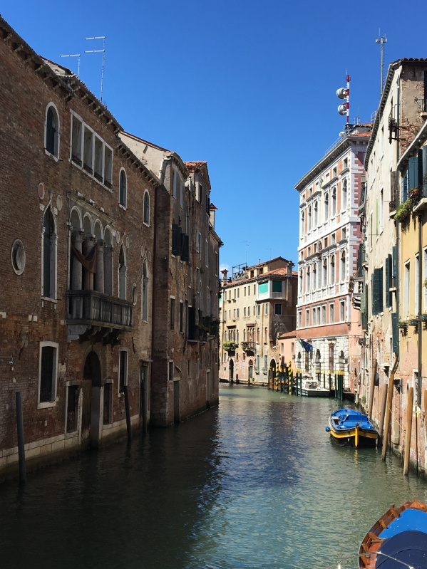 Hình ảnh đặc trưng ở Venice đó là kênh rạch và nước ngập các ngôi nhà
