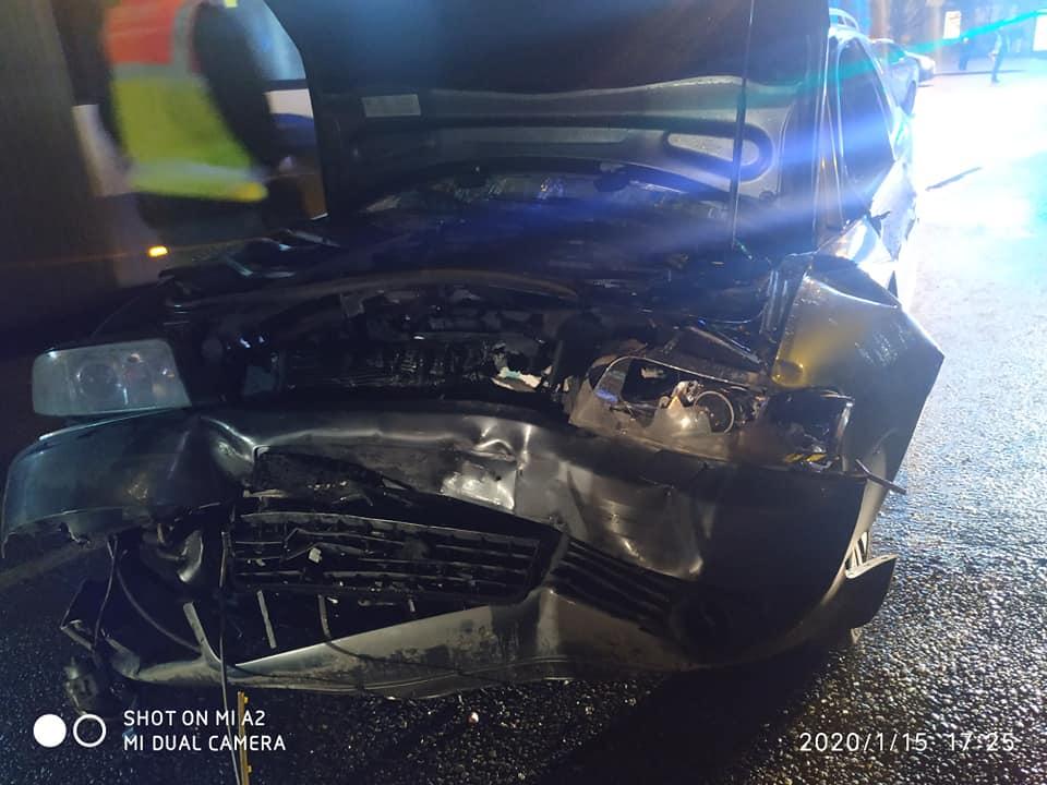 Avārijā Sarkandaugavā cietušā auto sadragātā priekša