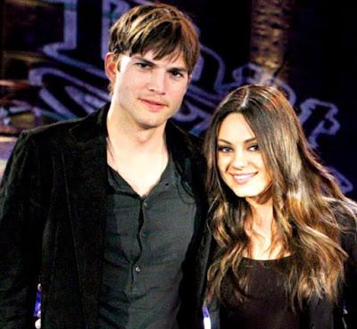Foto de Ashton Kutcher muy feliz al lado de Mila Kunis