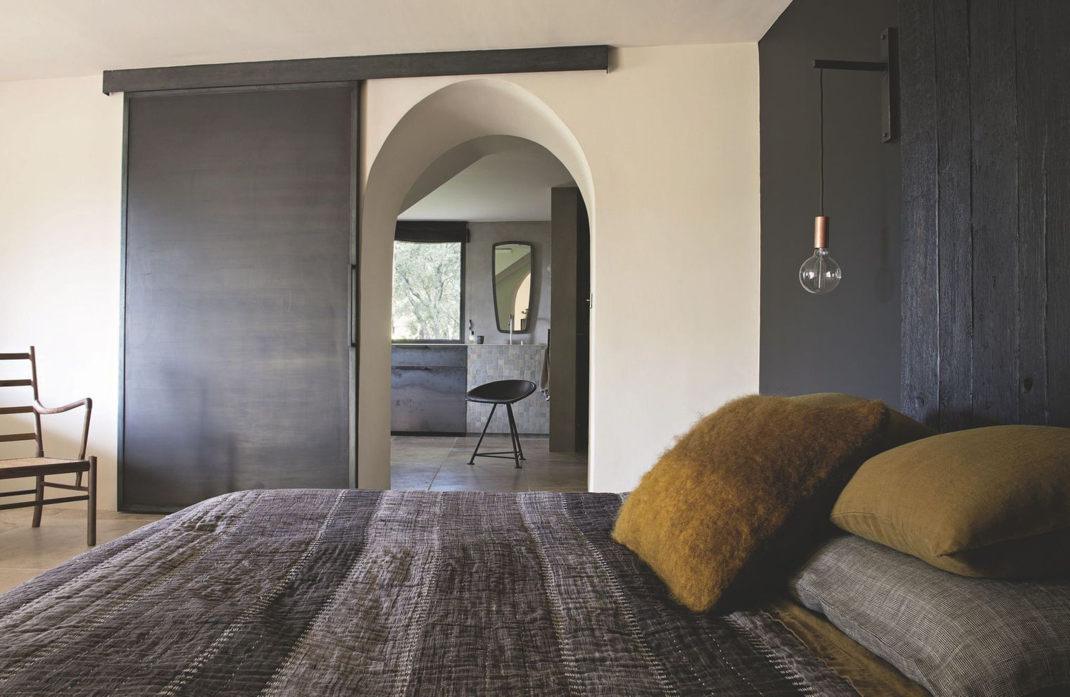 Decordemon a holiday home between tradition and modernity - Tete de lit porte ...