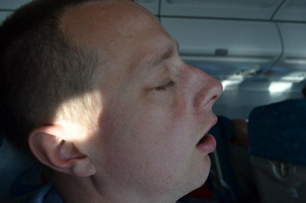 Парень храпит в самолете
