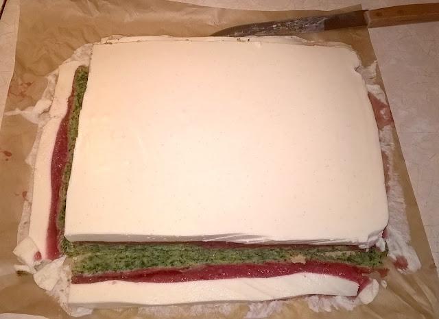 sernik na zimno biało-czerwoni na murawie
