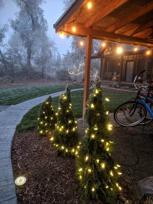 13-Getting-ready-for-the-Holidays-Trish-The-Potter-s-Retreat-Architecture-in-a-Tiny-House-www-designstack-co