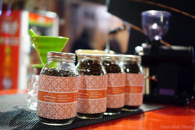 Berbagai jenis kopi yang tersedia di meja barista