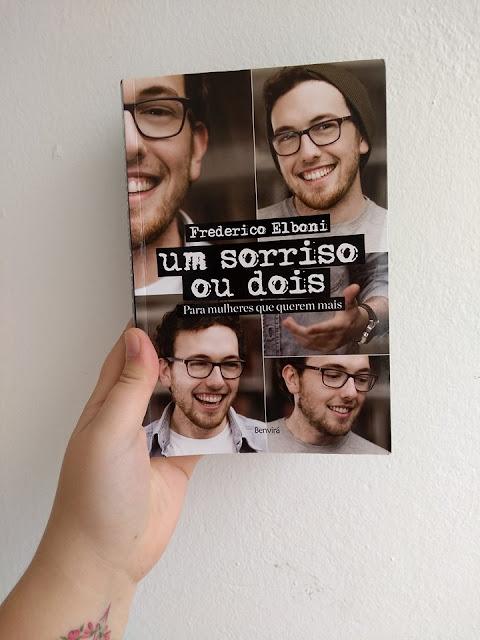 Na foto estou segurando o livro Um sorriso ou dois do autor Fred Elboni
