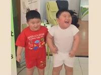 VIRAL ! Ini VIDEO Kelucuan Dua Bocah Kembar Joget Getar! Bikin Ngakak!