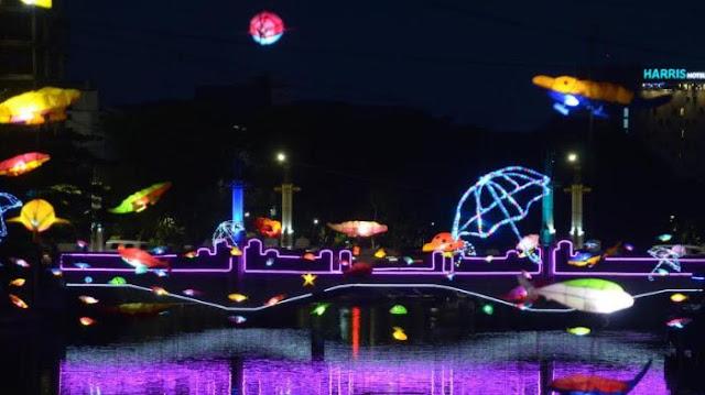 Lampion di Sepanjang Sungai Kalimas Ganti Bentuk Suro dan Boyo. Makin Cantik Nggak?
