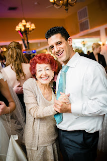 Madre baila con su hijo en una fiesta.