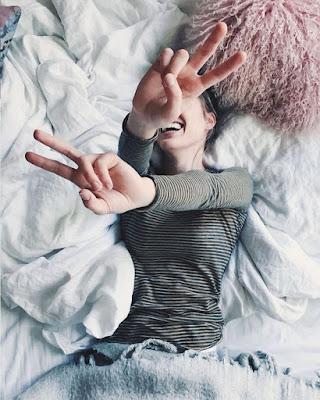 pose en la cama boca arriba tumblr