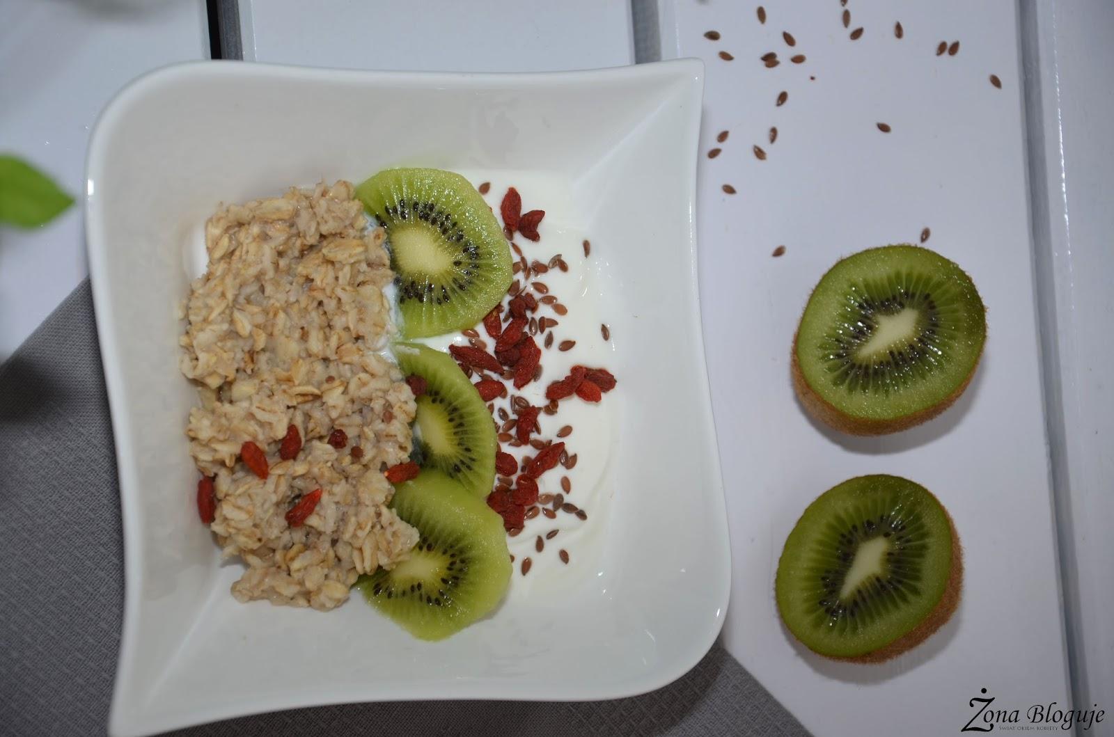 Prosty przepis na zdrowe śniadanie, czyli owsianka z jogurtem!