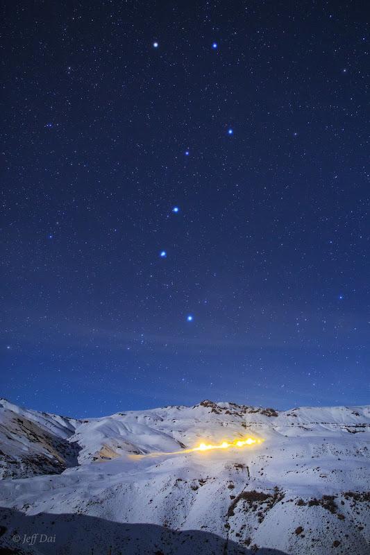 Nhóm sao Bắc Đẩu tỏa sáng lung linh trên bầu trời dãy núi tuyết Alborz ở Iran. Nằm trong chòm sao Ursa Major, nhóm sao Bắc Đẩu là một trong những nhóm sao dễ nhận ra nhất trên bầu trời. Những người quan sát bầu trời ở bán cầu bắc đã bắt đầu trông thấy được nó mọc dần lên ở chân trời hướng bắc từ sau hoàng hôn tắt đi trong tháng này. Hình ảnh: Jeff Dai.